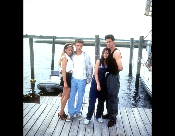 "Sarah Michelle Gellar, Ryan Phillippe, Jennifer Love Hewitt and Freddie Prinze Jr. on the set of ""I Know What You Did Last Summer."" Everett Collection"